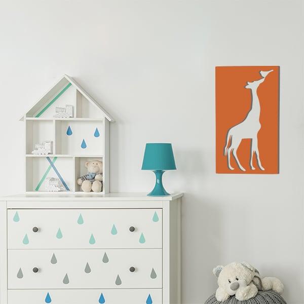 cadre en métal girafe ajouré orange dans la chambre d'enfant