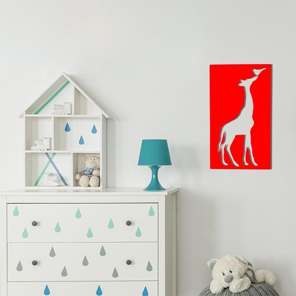 cadre en métal ajouré rouge dans la chambre d'enfant