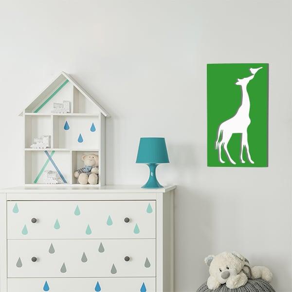 cadre en métal girafe fond blanc et face verte dans la chambre d'enfant