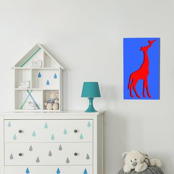 cadre en métal girafe fond rouge et face bleu dans la chambre d'enfant