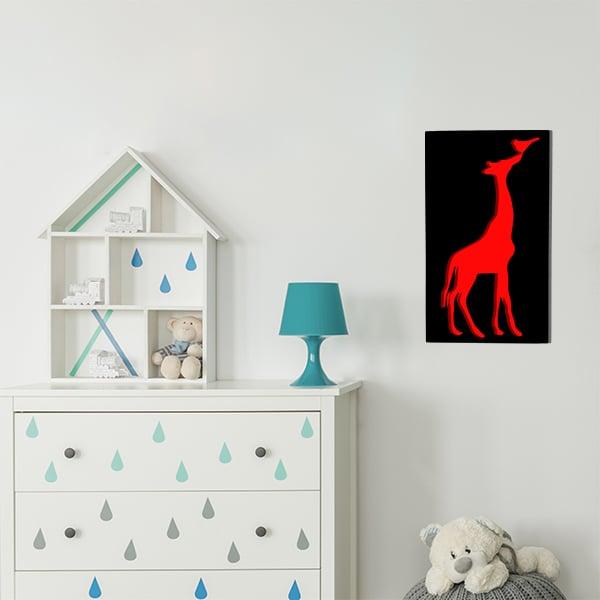 cadre en métal girafe fond rouge et face noir dans la chambre d'enfant