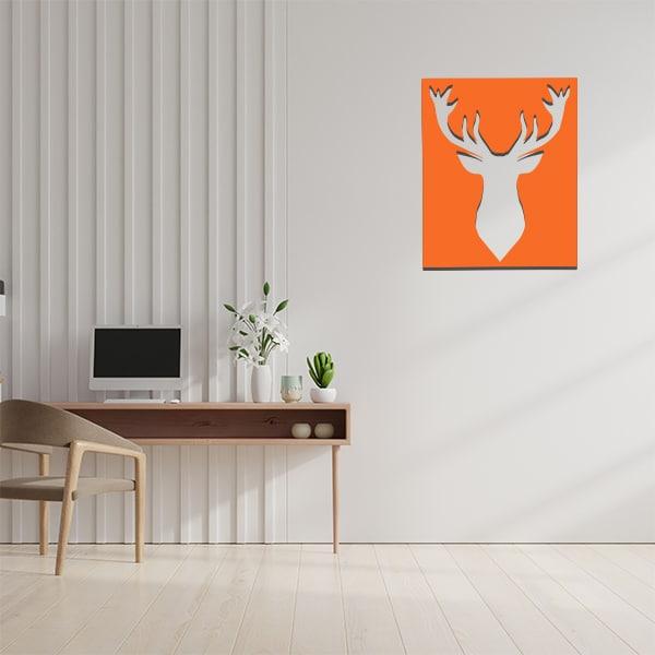 cadre mural en métal ajouré en orange dans bureau