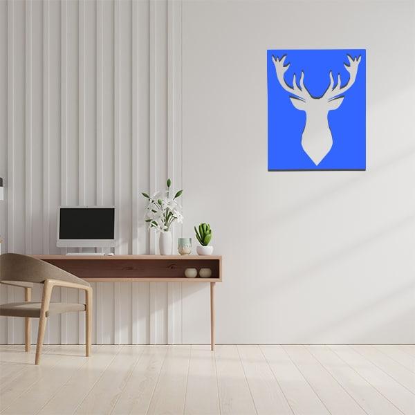 cadre mural en métal ajouré en bleu dans bureau