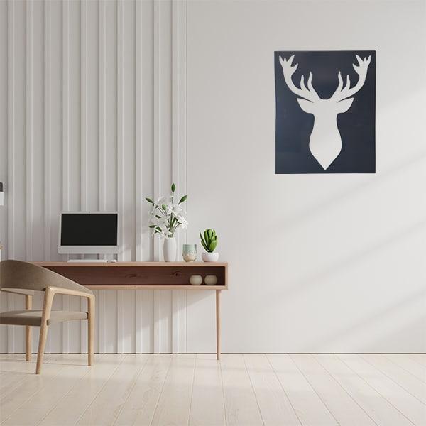 cadre mural en métal ajouré en noir dans bureau