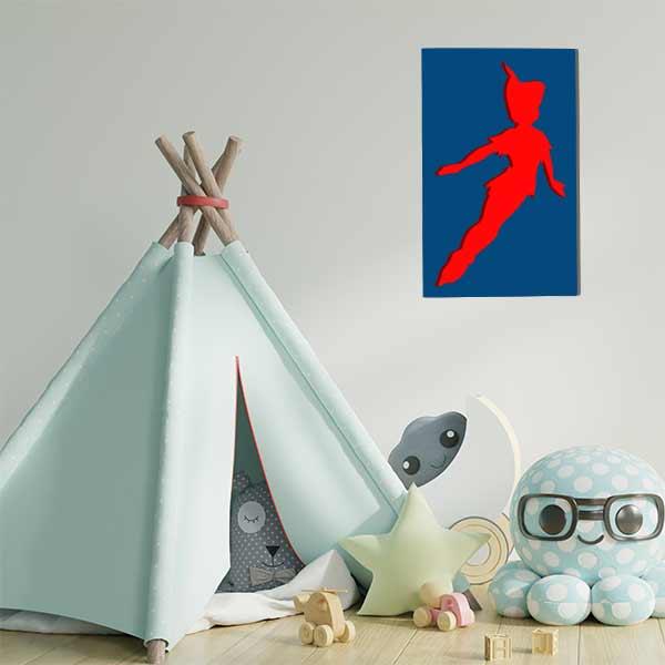 cadre mural en métal Peter Pan bleu fond rouge dans salle de jeux