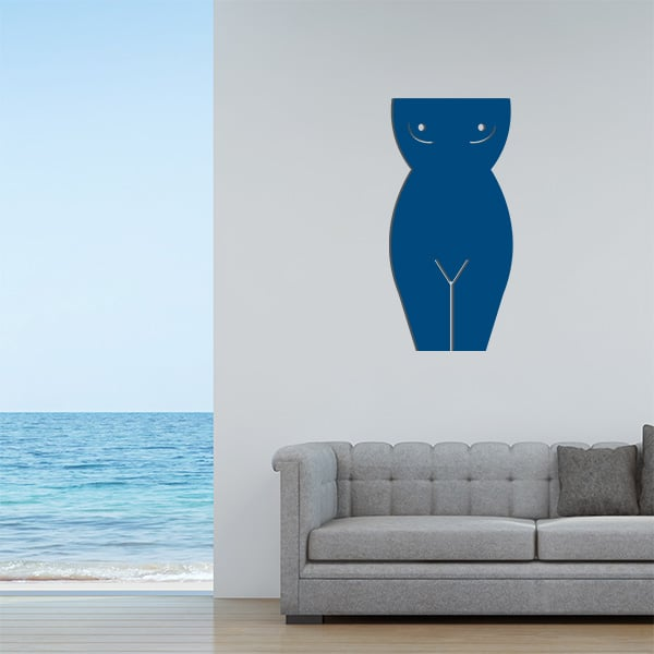Plaque murale en métal en corps de femme dans le salon en bleu