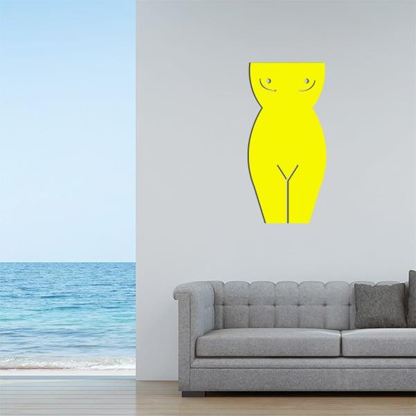 Plaque murale en métal en corps de femme dans le salon en jaune