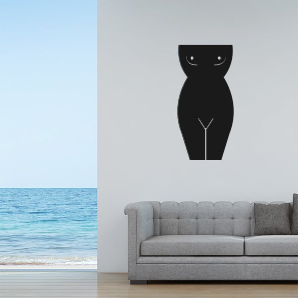 Plaque murale en métal en corps de femme dans le salon en noir