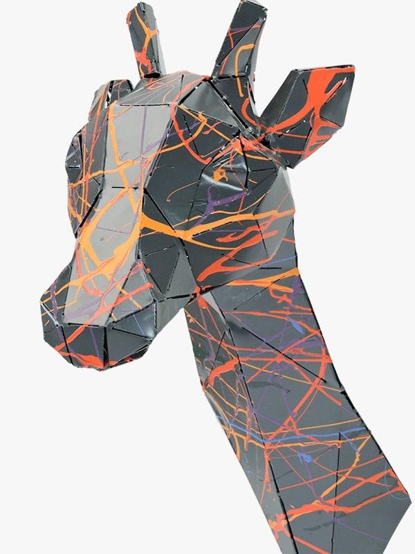 trophée murale en métal d'une girafe de profil gauche en noir multicolore