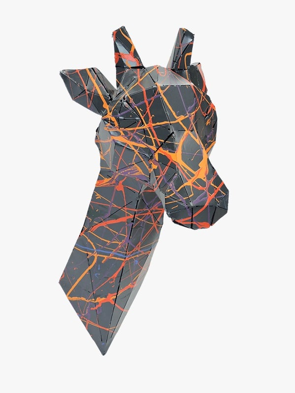 trophée murale en métal d'une girafe de profil droit en noir multicolore