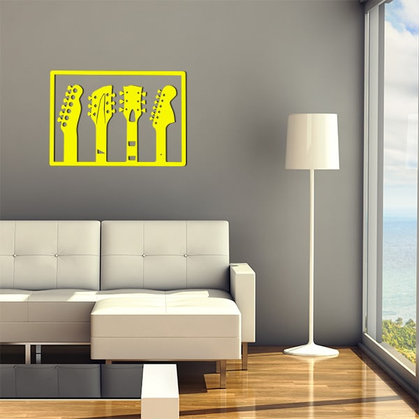 plaque murale en métal de 3 guitares dans salon en jaune