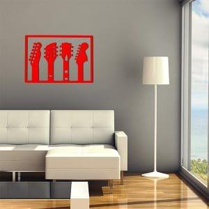plaque murale en métal de 3 guitares dans salon en rouge