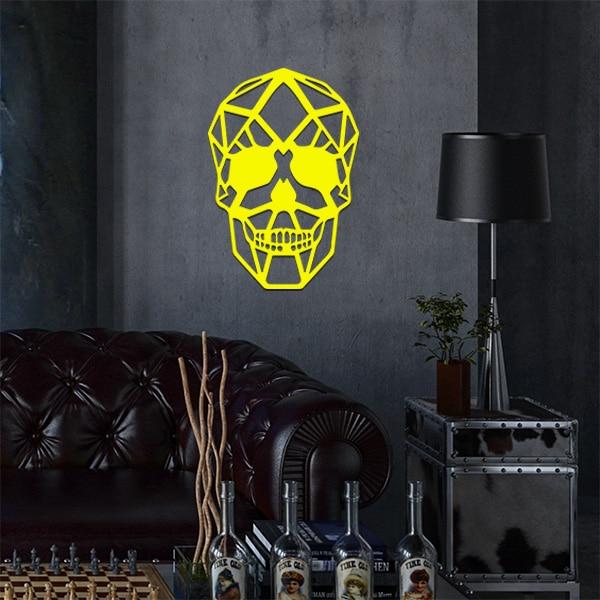 plaque murale métal tête de mort dans le salon en jaune