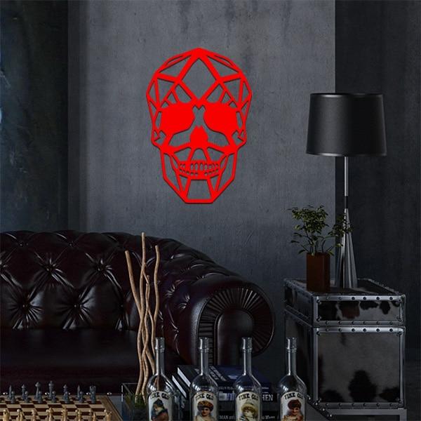 plaque murale métal tête de mort dans le salon en rouge