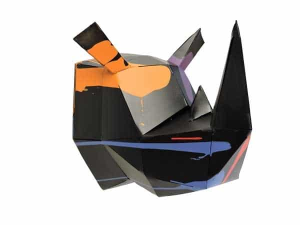 trophée murale en métal d'une tête de rhino en rouge de profil droit