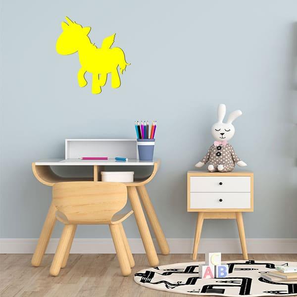 Plaque murale metal licorne ailee salon jaune