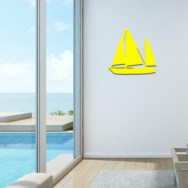 Plaque en métal voilier jaune dans le salon