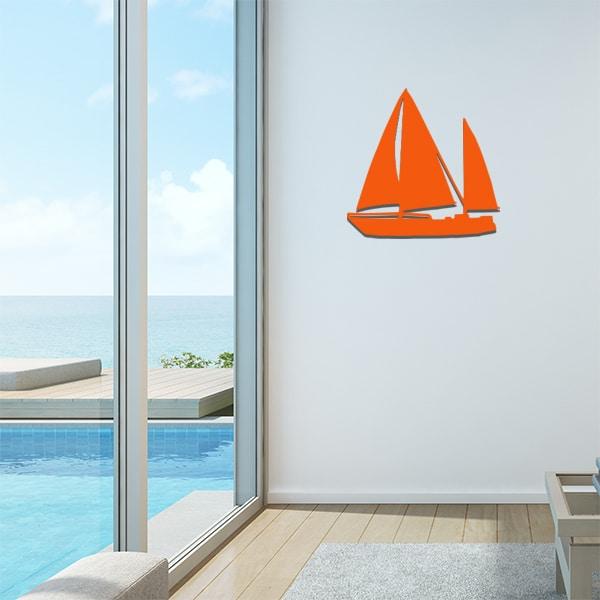 Plaque en métal voilier orange dans le salon