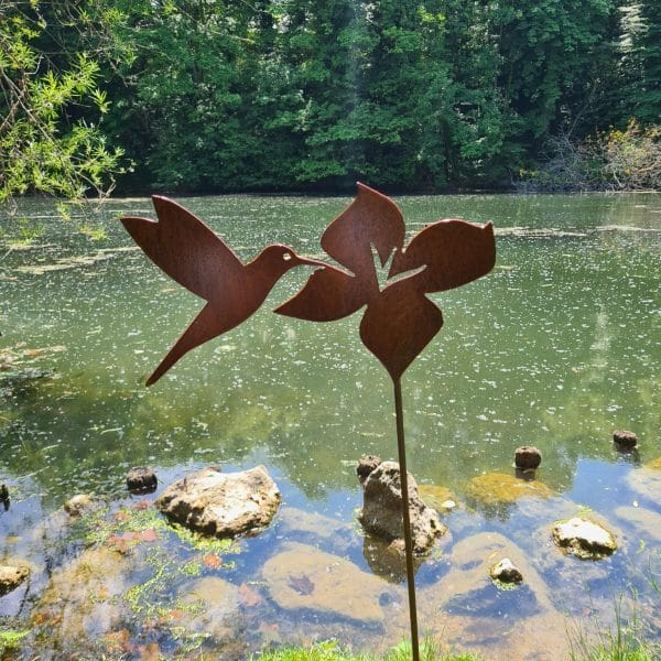 Décoration de jardin en métal rouillé le colibri et sa fleur gros plan